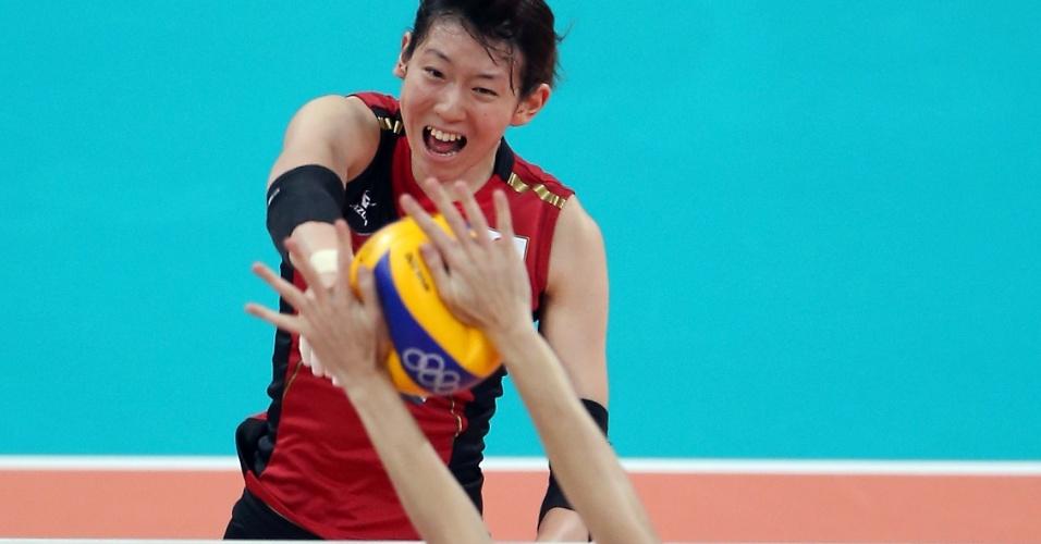 Meio de rede do Brasil, Thaísa bloqueia bola da atacante japonesa Yukiko Ebata no jogo desta quinta-feira (09/08)