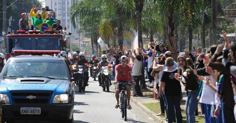 Multidão vai às ruas de São Caetano para cumprimentar o ginasta Arthur Zanetti, que desfilou em carro dos Bombeiros