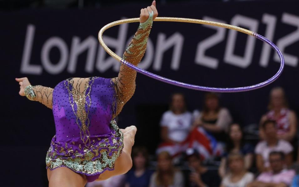 Norte-americana Julie Zetlin se apresenta com o arco no primeiro dia de eliminatórias da ginástica rítmica