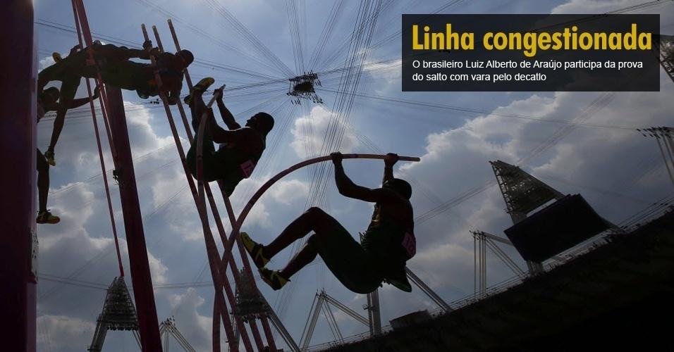 O brasileiro Luiz Alberto de Araújo participa da prova do salto com vara pelo decatlo