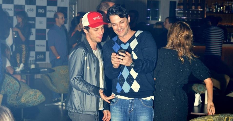 O diretor Tiago Worcman, marido de Carolina Dieckmann, e o ator Marcelo Serrado prestigiam o aniversário de Preta Gil na casa de shows Miranda, na zona sul do Rio (8/8/2012)