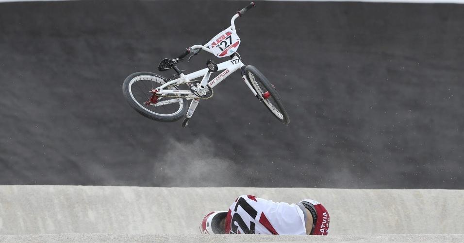 O letão Edzus Treimanis sofre tombo durante quartas de final masculina do BMX