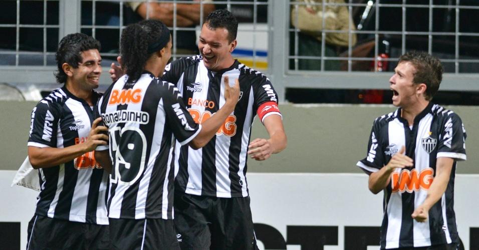O zagueiro Réver, do Atlético-MG, comemora com Ronaldinho, Guilherme e Bernard após marcar gol na partida contra o Coritiba,no Independência