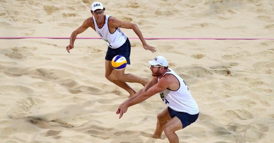 Observado por Emanuel, Alison faz recepção para dupla brasileira durante a final olímpica