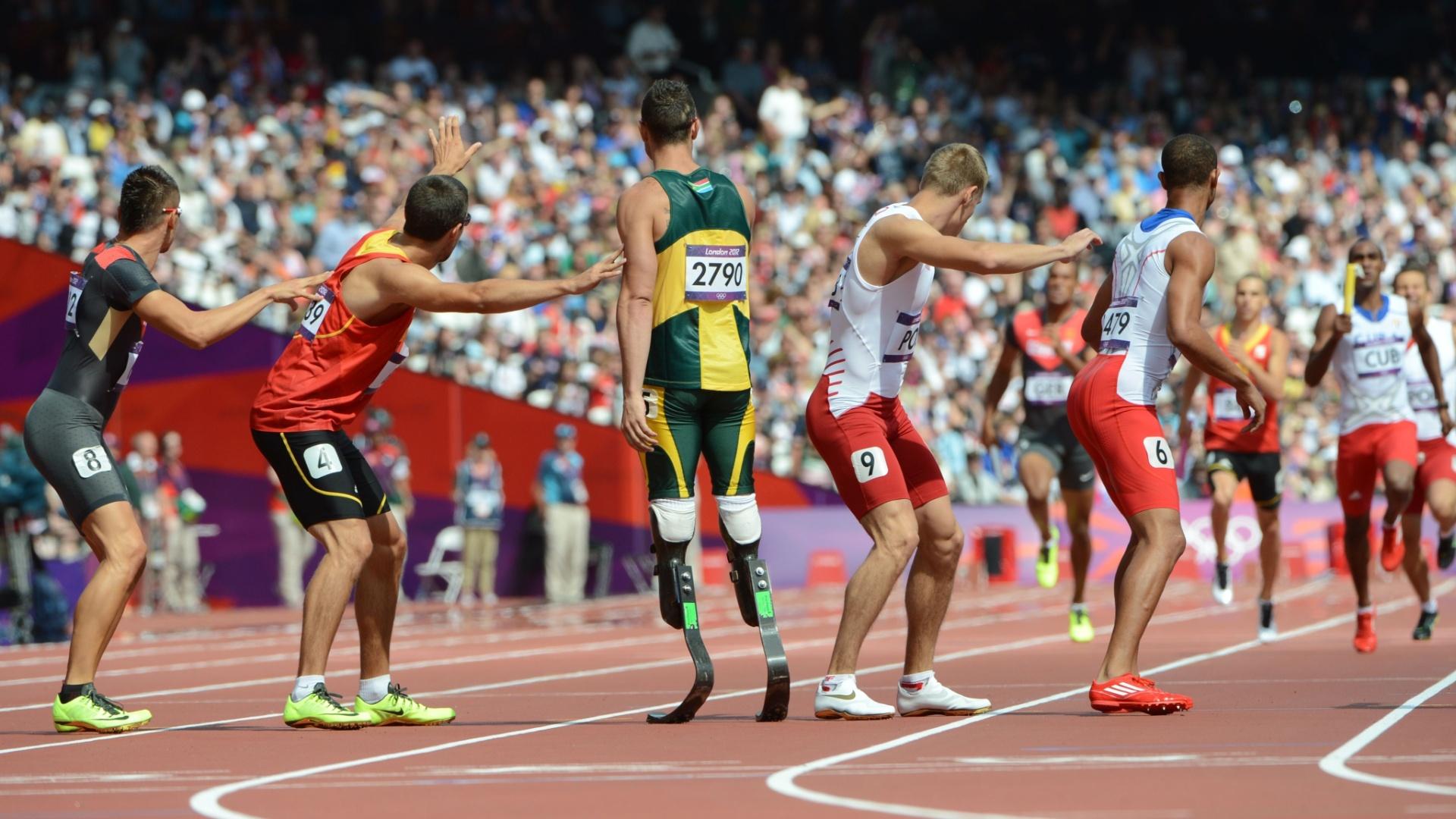 Oscar Pistorius aguarda companheiro para pegar bastão no revezamento 4x400m em Londres