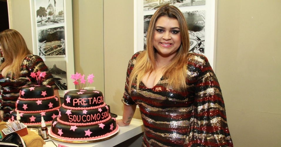 Preta Gil posa ao lado de seu bolo de aniversário no camarim da casa de shows Miranda, na zona sul do Rio (8/8/2012)