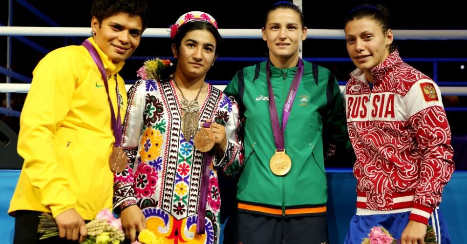Pugilista Adriana Araújo exibe a medalha de bronze conquistada na categoria até 60 kg