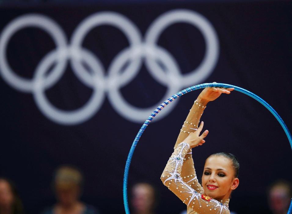 Russa Daria Dmitrieva se apresenta com o arco; ela terminou o primeiro dia das eliminatórias individuais de ginástica rítmica na liderança