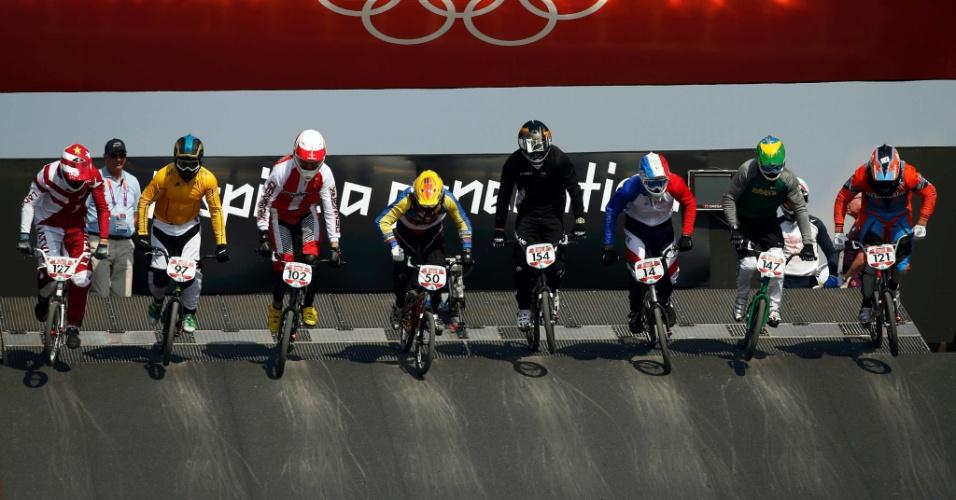 Segundo da direita para a esquerda, brasileiro Renato Rezende larga em prova das quartas de final masculina do BMX (09/08/2012)