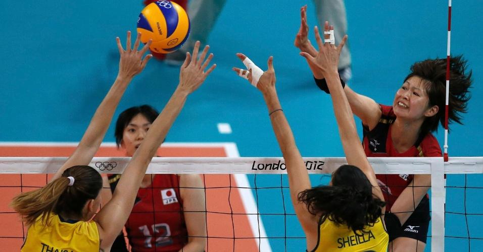 Thaísa e Sheilla bloqueiam bola atacada pela japonesa Saori Kimura em partida válida pelas semifinais