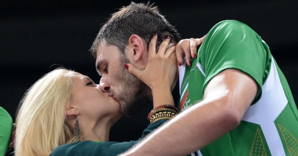Tsvetan Sokolov, da seleção de vôlei da Bulgária, beija a namorada após vitória sobre Alemanha que valeu vaga na semifinal (08/08/2012)