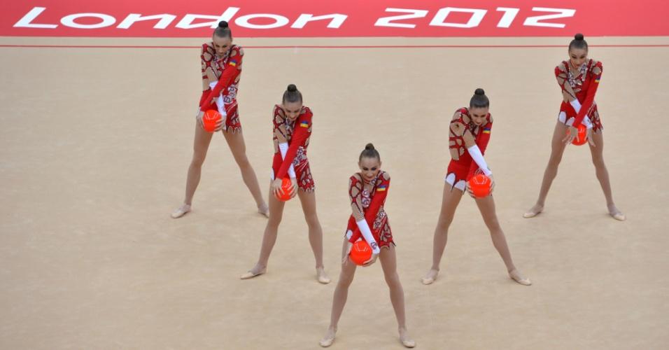 Ucranianas se apresentam com bolas no primeiro dia de eliminatórias de conjunto da ginástica rítmica