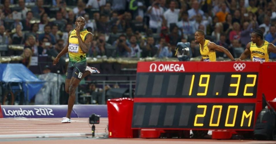 Usain Bolt cruza a linha de chegada com 19s32 para conquistar o bicampeonato olímpico nos 200 m rasos