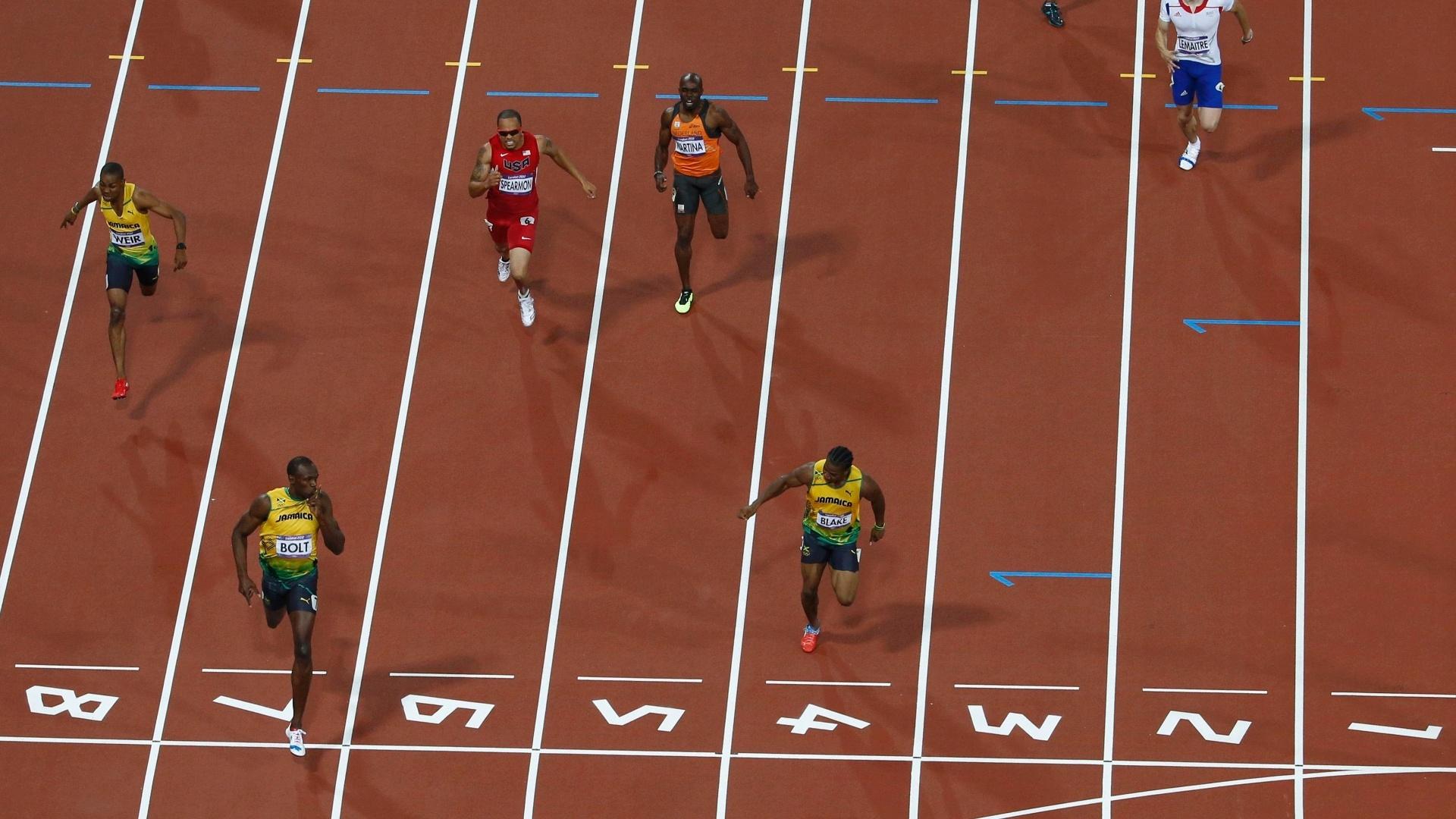 Usain Bolt cruza a linha em primeiro lugar e ganha a prova dos 200 m rasos dos Jogos de Londres
