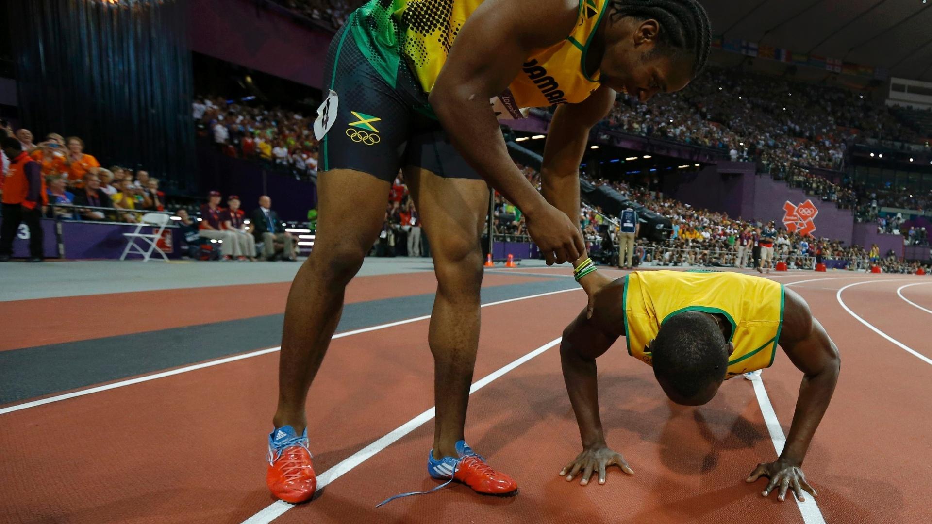 Usain Bolt faz flexão após vencer a prova dos 200m dos Jogos Olímpicos de Londres