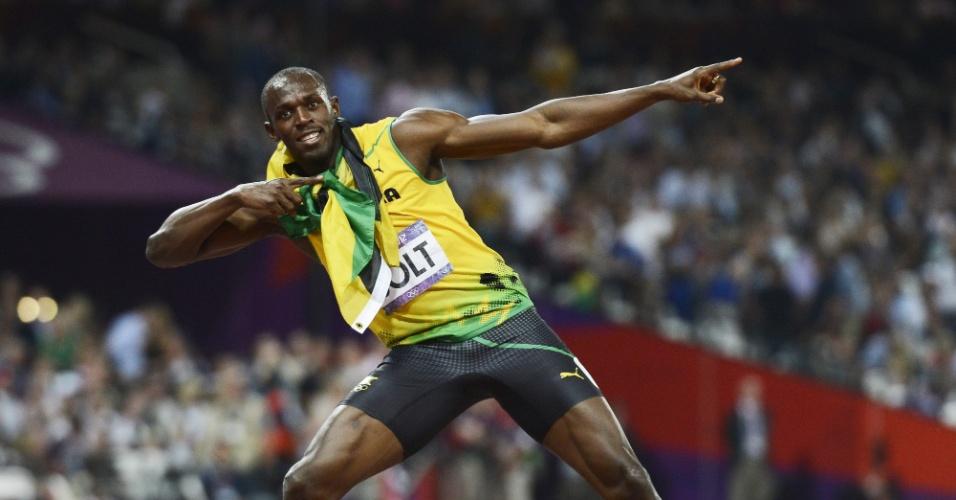 Usain Bolt faz sua tradicional coreografia após cruzar a linha de chegada dos 200 m em primeiro lugar