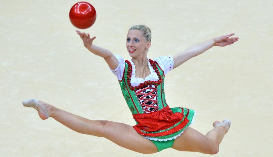 Vestida de camponesa, austríaca Caroline Weber se apresenta com a bola no primeiro dia de eliminatórias da ginástica rítmica