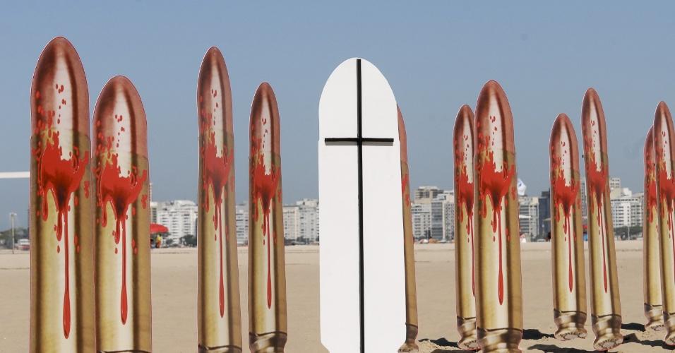 10.ago.2012 - Fotos de balas de revolver ocupam as areias da praia de Copacabana, no Rio de Janeiro, nesta sexta-feira (10), nas vésperas do dia que completa um ano do assassinato da juíza Patricia Acioli. O protesto foi organizado pela ONG Rio de Paz