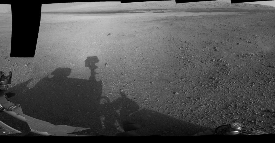 10.ago.2012 - Múltiplas imagens formam uma vista panorâmica do jipe-robô em Marte. O Curiosity irá para as encostas mais baixas do Monte Sharp para investigar a geologia do planeta vermelho em detalhes