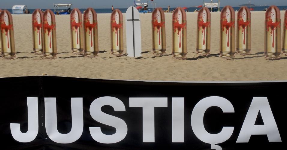 10.ago.2012 - Nas vésperas do dia que completa um ano do assassinato da juíza Patricia Acioli, a ONG Rio de Paz pede justiça durante protesto realizado nas areias da praia de Copacabana, no Rio de Janeiro