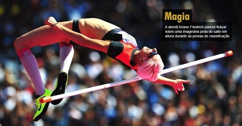 A alemã Ariane Friedrich parece flutuar sobre uma imaginária pista do salto em altura durante as provas de classificação