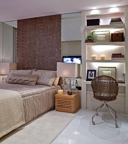 A arquiteta Maithia Guedes projetou este nicho de trabalho para compor um home office/ penteadeira para um casal com filho que precisava de um espaço claro e aconchegante. O canto destaca-se pela iluminação que o torna funcional