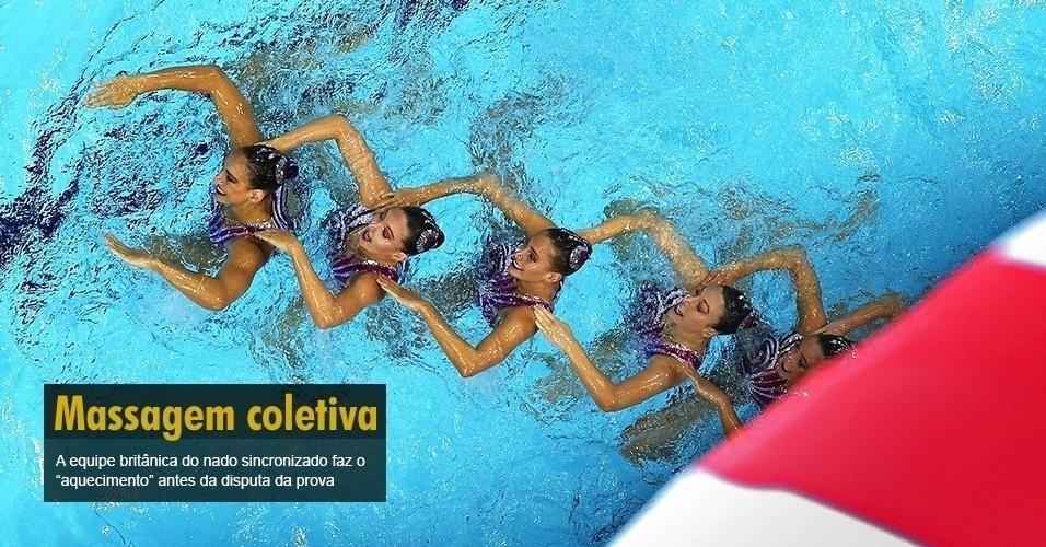 A equipe britânica do nado sincronizado faz o ?aquecimento? antes da disputa da prova