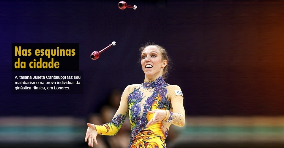 A italiana Julieta Cantaluppi faz seu malabarismo na prova individual da ginástica rítmica, em Londres.