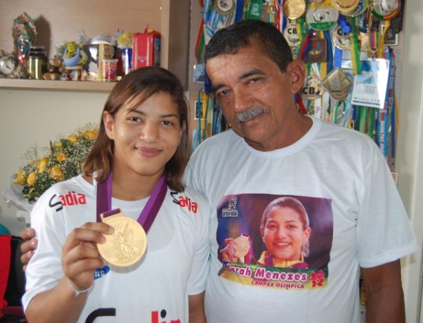 Ao lado do pai Rogério Menezes, a judoca Sarah Menezes exibe medalha inédita conquistada por ela - Leandro Milú/UOL