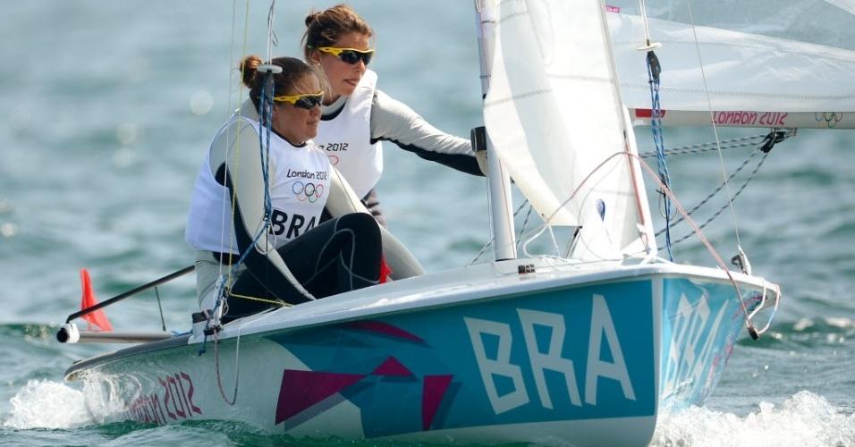 Ana Barbachan (e) e Fernanda Oliveira disputam a medal race da classe 470 em Londres