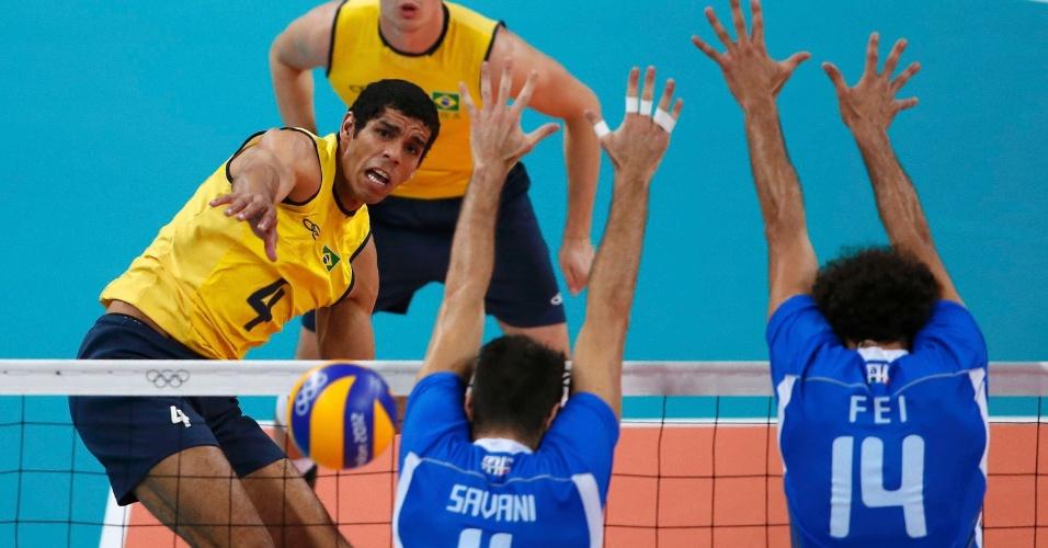 Ataque do oposto brasileiro Wallace passa por bloqueio duplo da Itália na semifinal desta sexta-feira (10/08)