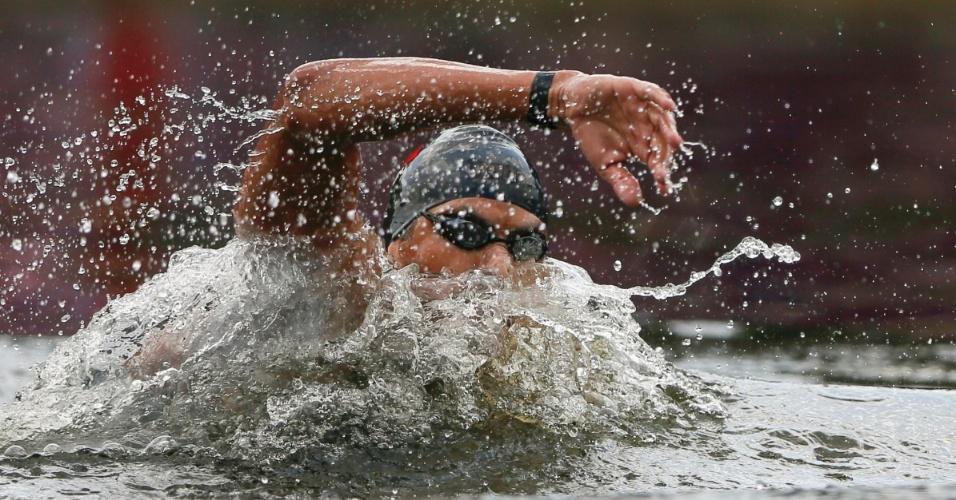 Atleta da Tunísia participa da maratona aquática masculina nos Jogos de Londres