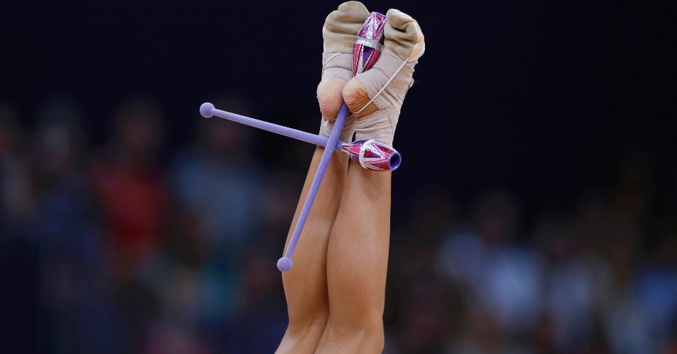 Australiana Janine Murray segura as maças com os pés durante sua apresentação nas eliminatórias de ginástica rítmica