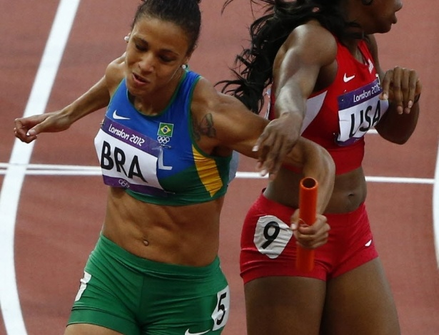 Brasileira Jailma de Lima esbarra na norte-americana Keshia Baker durante a prova dos 4 x 400 m rasos (10/08/2012)