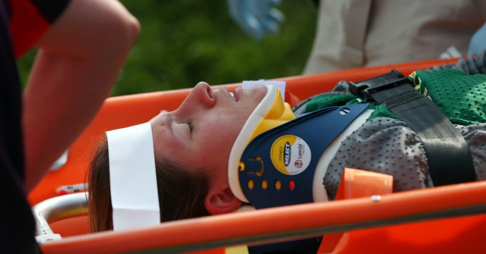 Brasileira Squel Stein sai imobilizada de maca após sofrer queda na semifinal do BMX