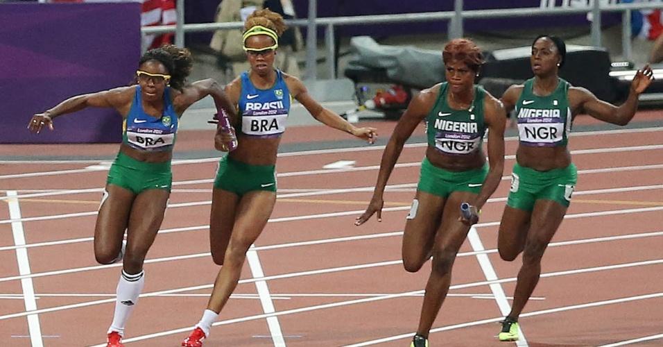 Rosangela Santos corre após receber o bastão de Evelyn dos Santos na final do revezamento 4x100 m (10/08/2012)