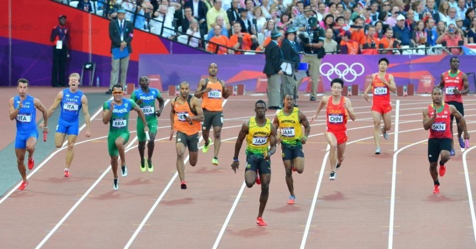 Brasileiros competem em uma das eliminatórias do revezamento 4x100 m rasos (10/08/2012)