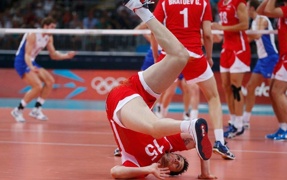 Búlgaro Todor Aleksiev faz um rolamento desajeitado após tentar uma defesa no jogo contra a Rússia