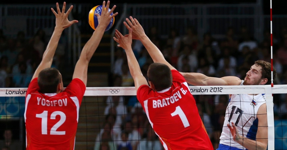 Búlgaros Viktor Yosifov (e) e Georgi Bratoev fecham o bloqueio e param o ataque do russo Maxim Mikhaylov