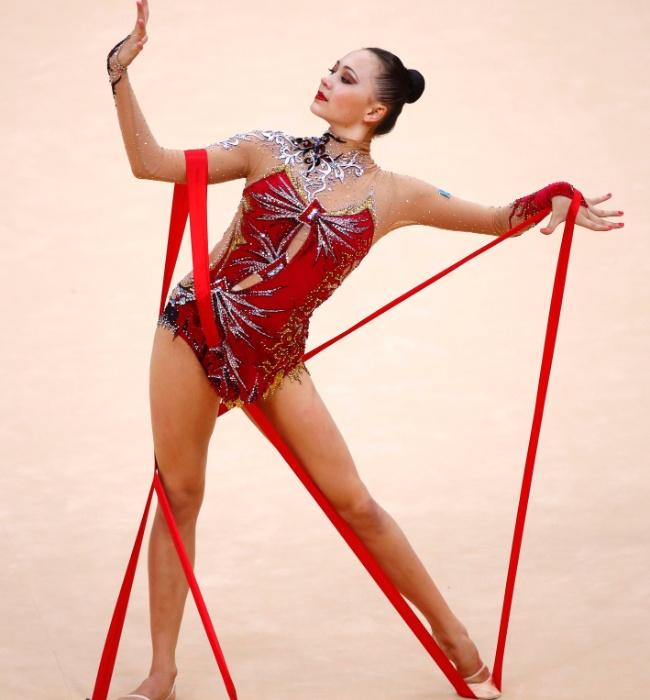 Cazaque Anna Alyabyeva se enrola na fita no início de sua apresentação nas eliminatórias desta sexta