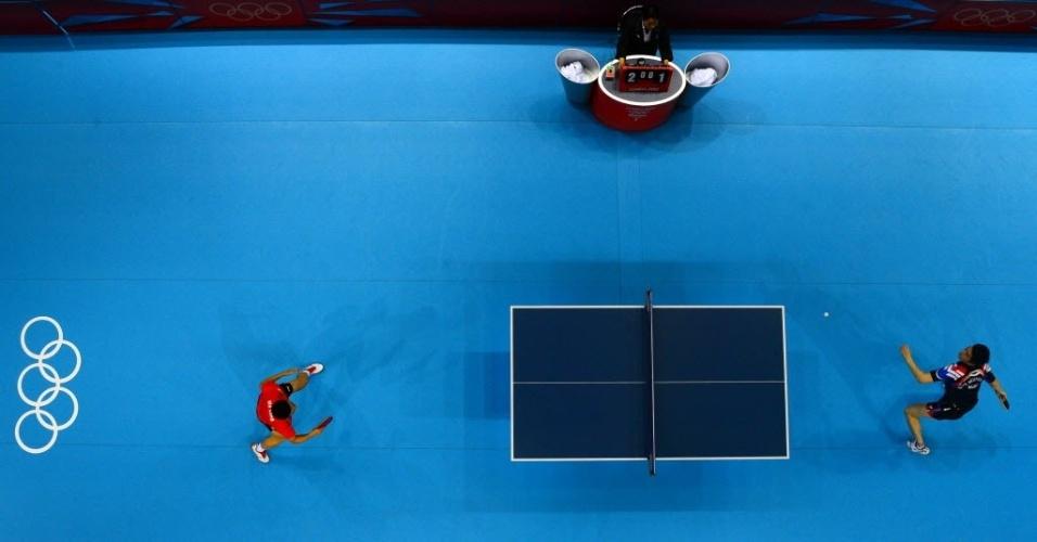 Chinês Ma Long returna bola para sul-coreano Ryu Seungmin durante a final de equipes masculina do tênis de mesa