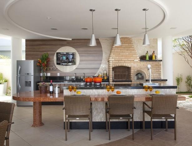 Churrasqueira de alvenaria projetada pelo arquiteto Aquiles Kílaris: espaço de sobra - Divulgação