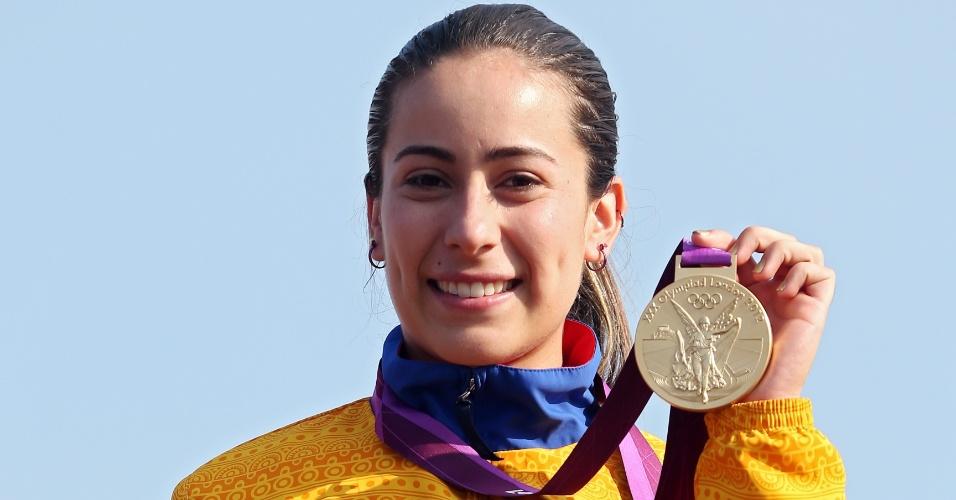 Colombiana Mariana Pajon exibe medalha de ouro conquistada no BMX em Londres