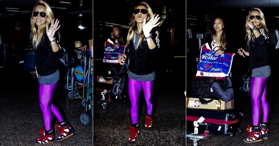 Com uma calça justa e lilás, Sabrina Sato desembarca em São Paulo (10/8/12)