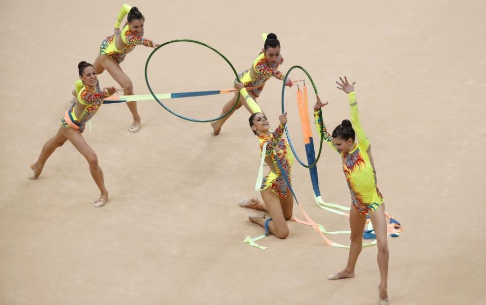 Conjunto da Grécia se apresenta com três fitas e dois arcos no segundo dia de eliminatórias da ginástica rítmica