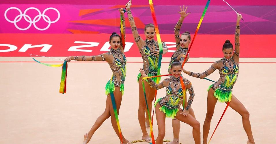 Conjunto da Rússia se apresenta com três fitas e dois arcos; russas terminaram as eliminatórias da ginástica rítmica na primeira colocação