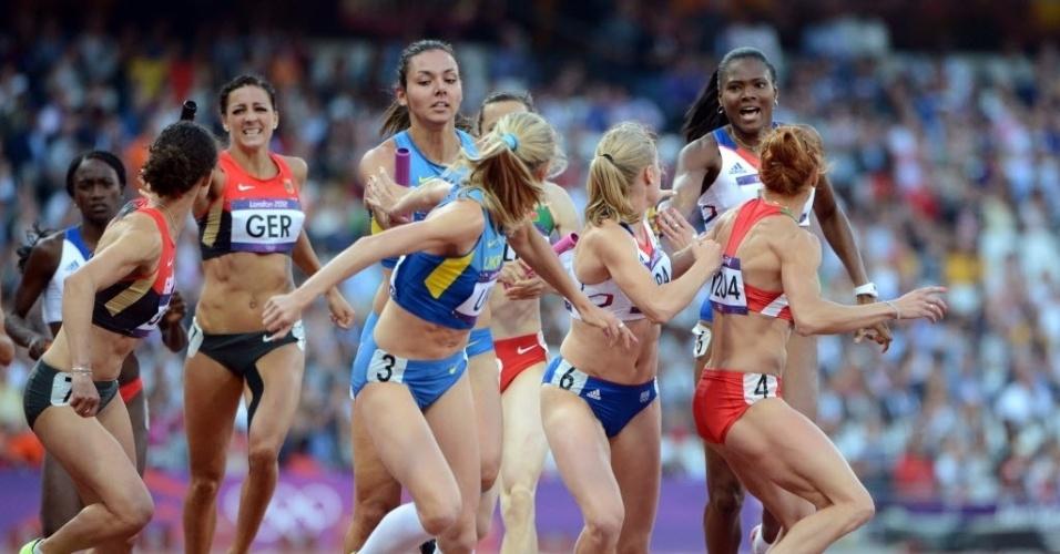 Corredoras trocam o bastão em uma das provas eliminatórias do revezamento 4 x 400 m rasos (10/08/2012)