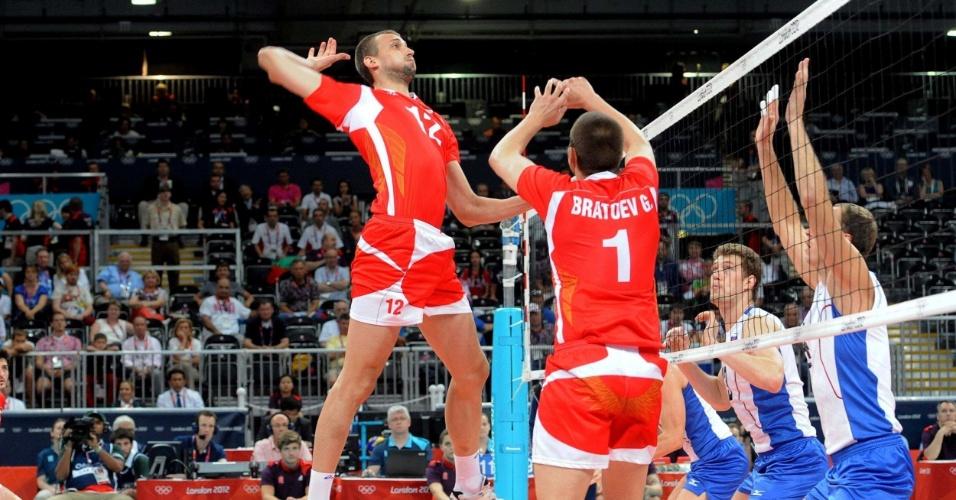 Em jogada da Bulgária, Georgi Bratoev faz um levantamento para Viktor Yosifov no duelo contra a Rússia na semifinal olímpica do vôlei