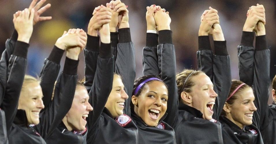 Equipe do futebol feminino dos Estados Unidos comemora medalha de ouro em Londres