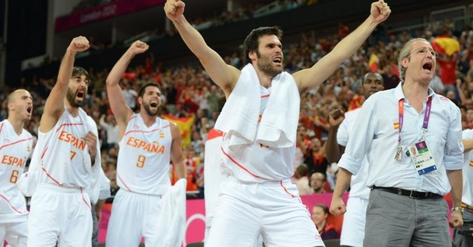 Espanhóis comemoram ponto durante virada sobre a Rússia no último quarto da semifinal do basquete masculino